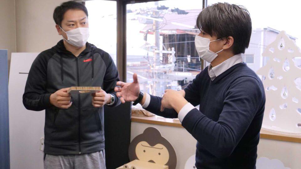ルシエンス社の大原さん(左)とカワグチマック工業さん説明風景