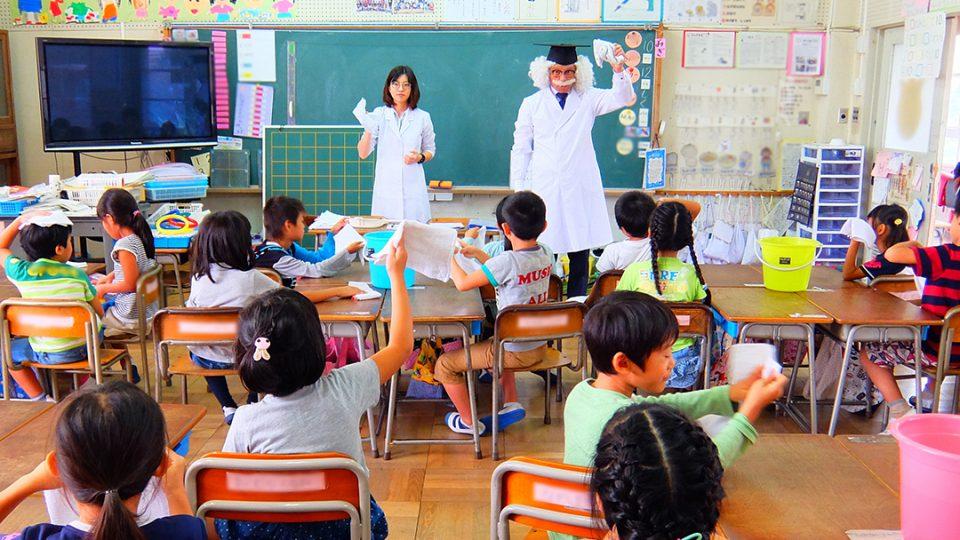幼稚園や小学校で出前授業