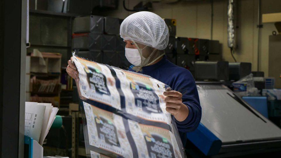 機械と人の目で印刷品質を守る